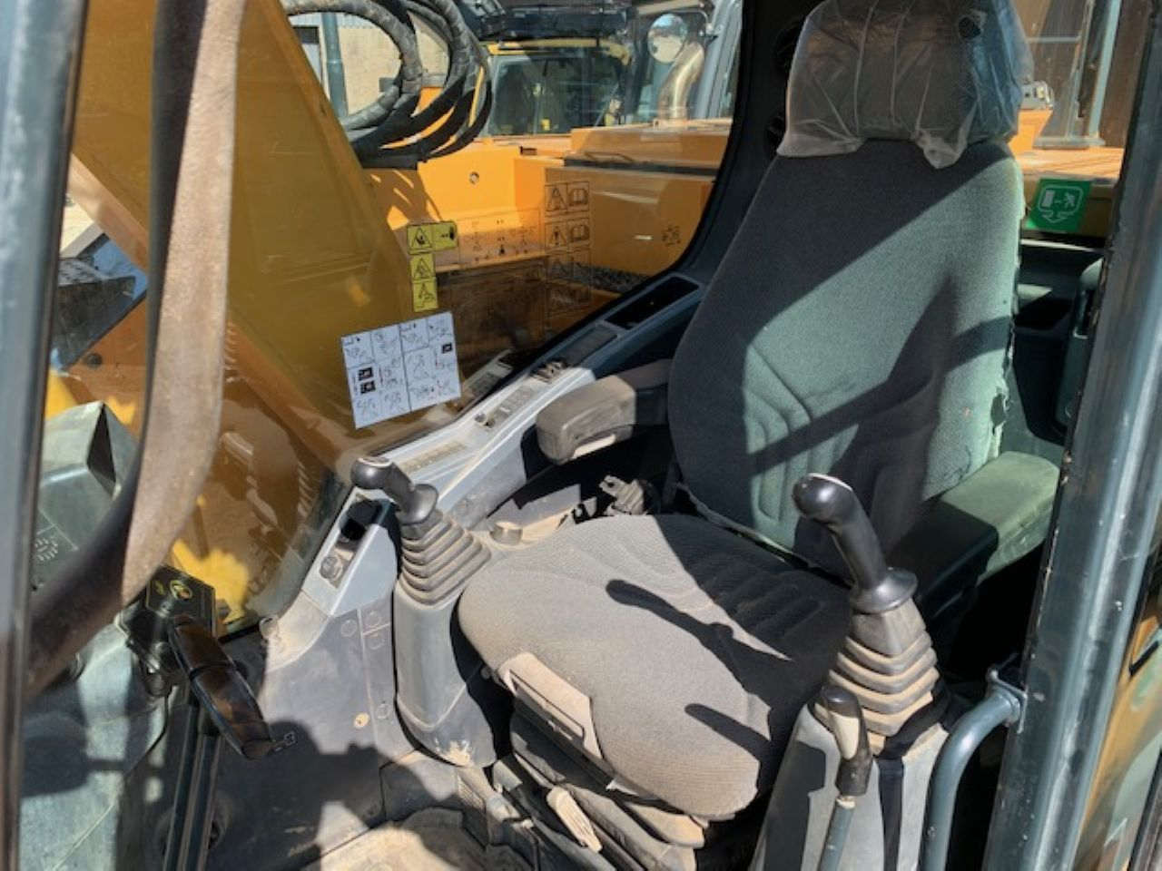 HYUNDAI R145LCR-9A EXCAVATOR - Picture 7