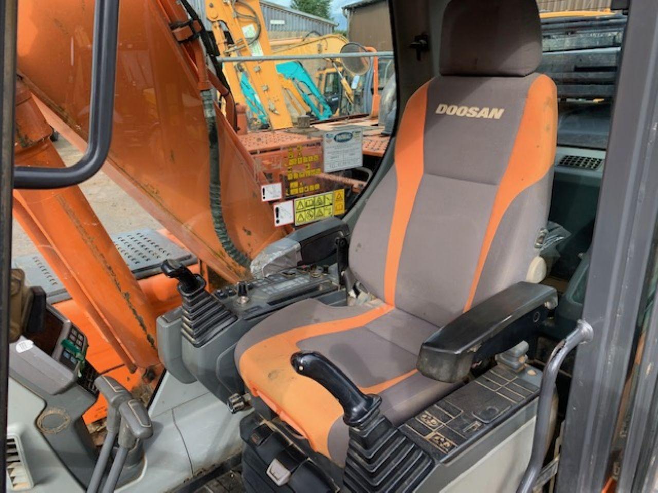 DOOSAN DX140LC EXCAVATOR - Picture 8